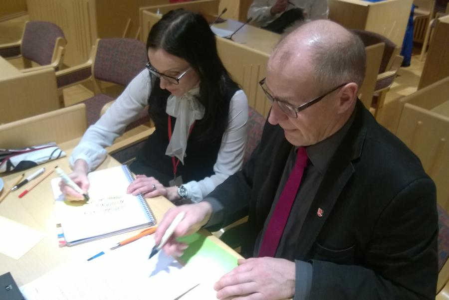 LapinAMKin opetuspäällikkö Mirva Juntti ja Ylitornion kunnanjohtaja Tapani Melaluoto työpajan ideointivaiheessa.